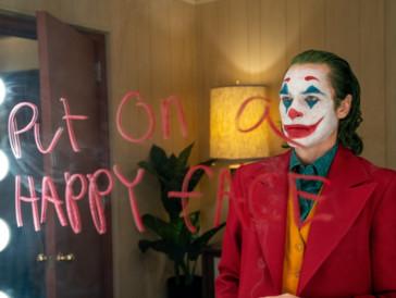 """«Joker» hat wie so viele Filme einen grossen Teil seiner Atmosphäre einem gelungenen Score zu verdanken. Hildur Guðnadóttir, die auch für die preisgekrönte Mini-Serie «Chernobyl» Musik beisteuerte, zeigt sich für die eindrückliche musikalische Untermalung von «Joker» verantwortlich und wurde in der Kategorie """"Best Original Score"""" zu Recht mit einem Golden Globe geehrt."""