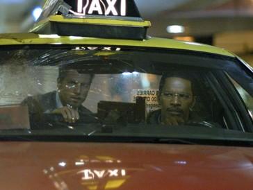 """<font size=""""6""""><strong>5. Collateral (2004)</strong></font><br><br>   Ein ahnungsloser Taxifahrer (Jamie Foxx) muss eines Nachts in Los Angeles einen geheimnisvollen Mann (Tom Cruise) von Ort zu Ort bringen – und findet irgendwann heraus, dass er gerade einen Auftragskiller chauffiert, der Opfer um Opfer umlegt.   <br><br>  Der stylische Thriller im Film noir-Look überzeugt vor allem dank der Performance von Tom Cruise, der als rücksichtsloser Killer alles gibt."""