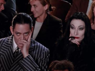 Gewöhnliches ist Gomez (Raúl Juliá) und Morticia Addams (Anjelica Huston) zuwider. Der morbide Sinn für Humor und die Figuren sind – zur Zufriedenheit einer grossen Fangemeinschaft der Addams Family – ausgesprochen stark an das Originalmaterial angelehnt…