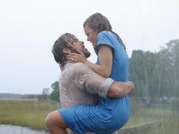 """<font size=""""6""""><strong>7. Wie ein einziger Tag (2004)</strong></font><br><br>   South Carolina in den 1940er-Jahren: Der aus ärmlichen Verhältnissen stammende Landjunge Noah (Ryan Gosling) lernt während des Sommerurlaubs die privilegierte Allie (Rachel McAdams) kennen, in die er sich Hals über Kopf verliebt. Und auch sie erliegt dem Charme des jungen Mannes schnell – bis ihre Eltern dieser Liebelei ein Ende setzen. Doch beide können den jeweils anderen nicht so schnell vergessen... <br><br>  Das Liebesdrama basiert auf einem Roman von Nicholas Sparks – dementsprechend romantisch gestaltet sich die Geschichte in «Wie ein einziger Tag», die dank ihrer Hauptdarsteller äusserst herzerwärmend daherkommt. Taschentuch-Alarm!"""