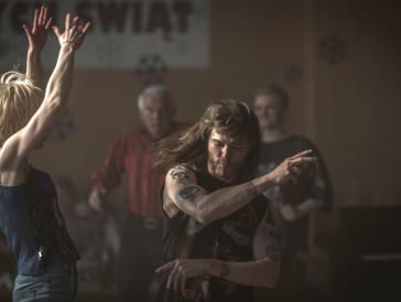 Ein Bild von längst vergangenen Tagen: Jacek vertreibt mit seiner Freundin auf der Tanzfläche die gesamte Dorfgemeinschaft.