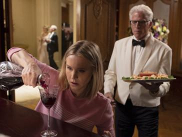 Kirsten Bell und Ted Danson in «The Good Place» (2016), einer amerikanischen Sitcom, die auch ohne deutsche Untertitel ganz viel Spass macht.