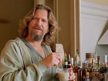 """<font size=""""6""""><strong>4. The Big Lebowski (1998)</strong></font><br><br> Als Jeff """"der Dude"""" Lebowski eines Tages von zwei Geldeintreibern heimgesucht wird, die ihn mit einem gleichnamigen, reichen Geschäftsmann verwechseln, eine beachtliche Stange Geld von ihm fordern, und zu allem Übel auch noch auf seinen Lieblingsteppich urinieren, macht er sich auf die Suche nach dem anderen Lebowski, um Schadensersatz zu verlangen. Doch damit werden die Probleme des Alt-Hippies mit einer Vorliebe für White Russians, Bowlingtourniere und das Baden bei Kerzenschein und Walgesängen nur noch grösser. <br><br>Der Streifen der Coen-Brüder, der erst nur mässig erfolgreich war, wurde im Verlauf der Jahre zum Kultfilm sondergleichen, bei dem mehrfaches Anschauen immer wieder neue amüsante Details zutage fördert. Fanveranstaltungen, eine durch die Hauptfigur geprägte Philosophie sowie Merchandise in Hülle und Fülle sprechen für sich."""