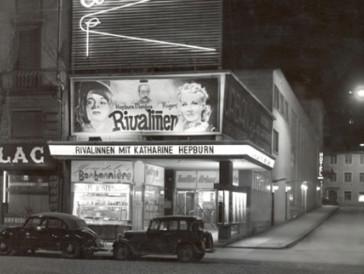 Ab den 1930er-Jahren lockten Kinos vermehrt mit einladenden Leuchtreklamen, wie hier das Kino Urban in Zürich.