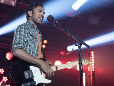 6. «Yesterday» I John, Ringo, Paul et George n'ont jamais existé. Jack Malik (Himesh Patel), après s'être fait renverser par un bus durant une étrange panne d'électricité mondiale, est le dernier à connaître les chansons des Beatles. Jack, fatigué d'écumer des scènes minables au public clairsemé, va enfin connaître la gloire, la célébrité planétaire. À force de pomper les paroles de « Hey Jude » ou encore « Let it Be », la nouvelle star va être confrontée à un gros cas de conscience : ce succès n'est pas le sien.