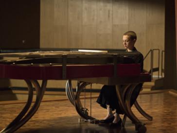 L'actrice Shira Haas au piano dans «Unorthodox».