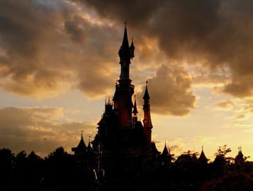 Das Coronavirus macht auch vor Vergnügungsparks nicht halt: Sowohl Orlandos Disney World, der Disneyland Park in Kalifornien als auch Disneyland Paris schliessen ab dem 15. März bis Ende dieses Monats vorübergehend ihre Tore. Die Angestellten der beliebten Vergnügungsparks werden während dieser Zeitspanne weiterhin entlohnt.