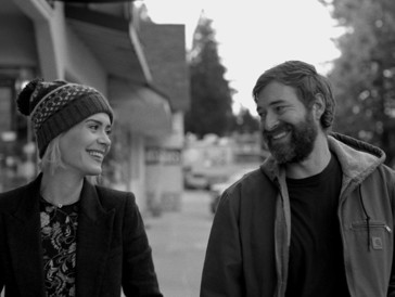"""<font size=""""6""""><strong>11. Blue Jay (2016)</strong></font><br><br>   Jim (Mark Duplass) kehrt in seine kalifornische Heimatstadt zurück, um dort das Haus seiner verstorbenen Mutter zu besichtigen, das er umzubauen gedenkt. Im Supermarkt trifft er zufällig auf seine Jugendliebe Amanda (Sarah Paulson), die er vor Jahren aus den Augen verloren hat. Im Café Blue Jay werden alte Erinnerungen aufgewärmt – und die Frage kommt auf, ob ihre gemeinsame Geschichte vielleicht noch weiter geht.  <br><br>  Das in schwarz-weiss gehaltene Arthouse-Drama, für das Mark Duplass selbst das Drehbuch geschrieben hat, überzeugt mit leisen Tönen auf ganzer Linie."""