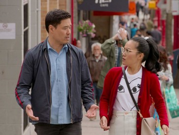 """<font size=""""6""""><strong>3. Always Be My Maybe (2019)</strong></font><br><br>   Keanu Reeves in einem Liebesfilm? Das gibt es nicht allzu oft zu sehen. In der hauseigenen, erfrischend witzigen Produktion von Netflix spielt er sich selbst – und stiehlt damit beinahe den sympathischen Hauptdarstellern Ali Wong und Randall Park die Show, die in den Rollen zweier Freunde, die seit Kindesbeinen unzertrennlich sind, deren Weg sich nach einem bizarren Vorfall aber getrennt hat, zu überzeugen wissen. <br><br>  Jahre später ist sie erfolgreiche Star-Köchin, während er noch immer versucht, mit seiner Band so richtig durchzustarten und nebenbei in der Handwerker-Bude seines Vaters aushilft. So trifft er Sasha wieder – und irgendwie nehmen die Dinge ihren Lauf, wenn auch nur langsam und sehr kompliziert. Lässt sich ihr sehr unterschiedlicher Lifestyle am Ende vielleicht doch nicht vereinen?"""
