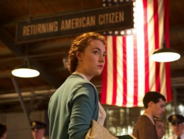 """<font size=""""6""""><strong>1. Brooklyn - Eine Liebe zwischen zwei Welten (2015)</strong></font><br><br>   Die Irin Eilis (Saoirse Ronan) versucht in den 50er-Jahren aufgrund schlechter Aussichten in ihrem Heimatland ihr Glück in New York, wo sie schnell Fuss fasst und ihr Herz verliert – an den Italo-Amerikaner Tony (Emory Cohen). Tragische Ereignisse in ihrer Heimat zwingen die junge Frau aber eines Tages dazu, sich zwischen ihren Wurzeln in Irland und ihrem neuen Leben in Amerika zu entscheiden.  <br><br>  «Brooklyn - Eine Liebe zwischen zwei Welten» erzählt mit einer grossartigen Saoirse Ronan in der Hauptrolle und wunderschönen Bildern nicht nur die Liebesgeschichte zweier junger Menschen, sondern auch diejenige von Heimat – und dürfte damit so manchen Globetrotter mitten ins Herz treffen."""
