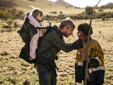 Zusammen mit dem Aborigine-Mädchen Toomi sucht Andy eine sicheren Ort für seine Tochter.