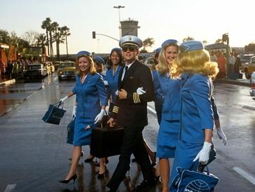 """<font size=""""6""""><strong>9. Catch me if you can (2002)</strong></font><br><br> Steven Spielberg lieferte 2002 mit der auf wahren Begebenheiten aus dem Leben von Frank Abagnale basierenden Gaunerkomödie «Catch me if you can» ein vergnügliches, aber auch spannendes Katz-und-Maus-Spiel, in dem Tom Hanks als FBI-Agent den Minderjährigen Millionenschwindler Frank (Leonardo DiCaprio) jagt. <br><br>Der von Zuhause ausgerissene Teenager macht sich erst als Pilot und Scheckfälscher einen Namen und kassiert später als angeblicher Arzt und Anwalt Millionen ein, ohne dass er geschnappt werden kann. Schliesslich wird dem Jungspund aber bewusst, dass ihm bei allem Geld der Welt etwas Entscheidendes in seinem Leben fehlt. «Catch me if you can» brachte Leonardo DiCaprio zwar keinen Golden Globe ein, sehenswert ist seine Performance als gewiefter Hochstapler aber allemal."""