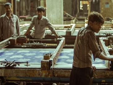 Es rattert, rollt und rührt in «Machines»: Die Fabrikarbeiter arbeiten hier unermüdlich in 12-Stunden-Schichten, für nur gerade 3 Dollar am Tag.