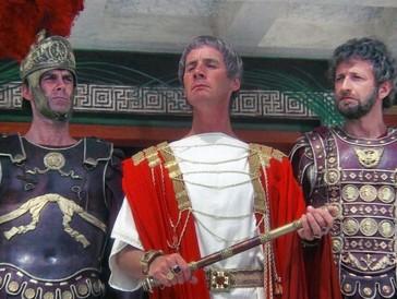 """<font size=""""6""""><strong>5. Das Leben des Brian (1979)</strong></font><br><br> Als etwas älterer, aber nicht weniger unterhaltsamer Streifen präsentiert sich die Jesus-Satire «Das Leben des Brian», in der Protagonist Brian schon sehr früh im Leben mit seinem Latein am Ende ist. In Judäa im Jahre 0 wird er als Säugling erstmal mit dem Messias verwechselt, worauf die drei Könige diesen Irrtum aber erkennen und sich schleunigst aus dem Staub machen.   <br><br>33 Jahre später gerät Brian in die Wirren des jüdischen Widerstandskampfes, gibt sich auf der Flucht vor einer römischen Patrouille zur Tarnung als Prophet aus und wird infolgedessen von einer fanatischen Menge zum Heilsbringer verklärt. Das Chaos ist perfekt – und wird von der Komikertruppe Monty Python seit 1979 mit einer gehörigen Portion Humor unter der Gürtellinie, bissigen Dialogen, und einem halb gesungenen, halb gepfiffenen Ohrwurm serviert."""
