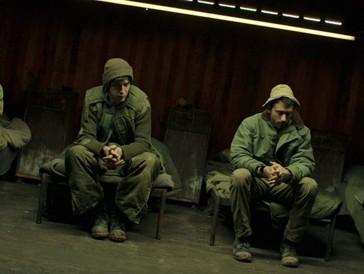 Jonathan (Yonathan Shiray), tout à droite, et le reste de la garnison dans un abri du poste-frontière.
