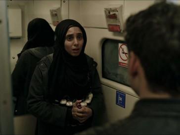 Eine brenzlige Situation: Eine Selbstmordattentäterin will sich im Zug nach London in die Luft sprengen.