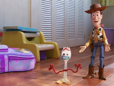 4. «Toy Story 4» I Les années sont passées, même pour Andy qui a bien grandi, et les jouets, emmenés par Woody et Buzz l'Éclair, appartiennent désormais à Bonnie. Alors que la jeune enfant s'acclimate non sans peine à l'école maternelle, elle crée un jouet inattendu : Forky. Devenu son compagnon favori, la promotion n'est pas du goût de tout le monde, et Forky, ancienne fourchette de taboulé décorée sur le tard, traverse une crise existentielle. Alors quand les parents de Bonnie partent en road-trip et que Forky échappe à la vigilance des autres jouets, c'est une aventure édifiante qui s'annonce sur les routes des État-Unis.