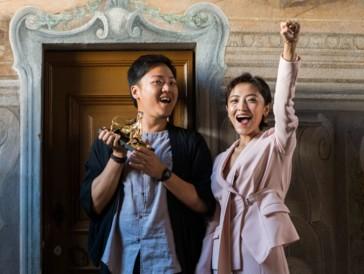 Regisseur Yeo Siew Hua und die Schauspielerin Luna Kwok freuen sich über den Goldenen Leoparden für den besten Film.