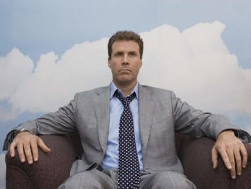 """<font size=""""6""""><strong>6. Schräger als Fiktion (2006)</strong></font><br><br> Man stelle sich vor, das eigene Leben würde von einer Person gelenkt, die einen noch nie zuvor gesehen hat. So geschehen in Marc Forsters originellen Komödie «Schräger als Fiktion», in der Komiker Will Ferrell unfreiwillig zur Romanfigur einer bekannten Autorin wird. In der Rolle als ganz gewöhnlicher Steuerbeamter Harold Crick beginnt er eines Tages Stimmen zu hören. Genauer gesagt: Eine einzige Stimme. Jene der Schriftstellerin Karen Eiffel. <br><br>Das Fortschreiten seiner eigenen Lebensgeschichte kann er nun praktischerweise in seinem Kopf mithören. Crick hat keine Ahnung, wer dort das Sagen hat, und auch Eiffel scheint nicht zu ahnen, dass ihr Protagonist im wahren Leben existiert. An sich – noch – keine allzu beunruhigende Situation, wäre da nicht die Tatsache, dass die Autorin die Figuren ihrer Romane ganz gerne sterben lässt..."""