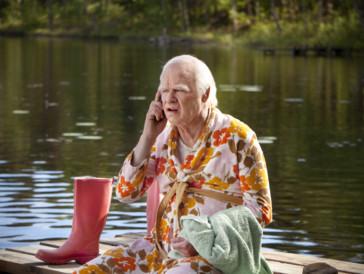 """<font size=""""6""""><strong>13. Der Hundertjährige, der aus dem Fenster stieg und verschwand (2013)</strong></font><br><br> Basierend auf dem Bestseller von Jonas Jonasson erzählt der Film die Geschichte eines fast Hundertjährigen namens Allan Karlsson, der aus dem Altersheim entwischt, um der immergleichen Seniorenunterhaltung zu entkommen. Sein Ausflug ist alles – nur nicht gewöhnlich. So liest der rüstige Rentner nicht weniger als einen Koffer mit 50 Millionen Kronen, drei Kumpane und eine Frau mit einem Elefanten auf. <br><br>Versehen mit historischen Episoden, in welchen Einstein, Stalin, Franco und andere auftauchen, beweist Regisseur Felix Herngren mit seiner Romanverfilmung, dass aus schwedischen Produktionen nebst unvergleichlich spannungsgeladenen Thrillern auch einzigartige Komödien hervorgehen können."""