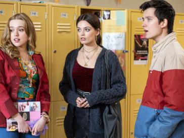 Maeve (Mitte) bringt Otis auch in der zweiten Staffel ins Schwitzen –trotz Freundin.