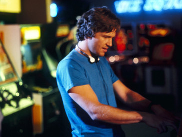 In «Tron» wurde der damals 33-Jährige Schauspieler Zeuge eines Stücks Filmgeschichte: Bei diesem Sci-Fi-Streifen, in dem er einen Programmierer verkörpert, handelt es sich um einen der ersten Spielfilme mit längeren computergenerierten Sequenzen.