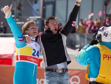 """<font size=""""6""""><strong>1. Eddie the Eagle (2015)</strong></font><br><br> 1988 führte an den olympischen Winterspielen in Calgary kein Weg an ihm vorbei. Er war der erste Skispringer, der für Grossbritannien antrat, und derjenige, der das olympische Motto «Dabei sein ist alles» verkörperte wie wie kaum ein anderer. Die Rede ist von Eddie the Eagle, der als schlechtester Skispringer aller Zeiten in die Geschichtsbücher einging, mit seinem sagenhaften Sportsgeist aber nichtsdestotrotz Zuschauer auf der ganzen Welt begeisterte.   <br><br>«Eddie the Eagle» erzählt die Geschichte des sympathischen Siegers der Herzen, der von Taron Egerton verkörpert und auf Grossleinwand von einem Pistenwart mit Alkohol-Problemen (Hugh Jackman) gecoacht wird. Bruchlandungen sind in diesem komödiantischen Biopic unumgänglich – eine herzerwärmende Story und viele Lacher aber ebenso."""