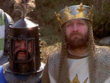 """<font size=""""6""""><strong>2. Die Ritter der Kokosnuss (1975)</strong></font><br><br> Monty Python polarisiert deutlich stärker als die handelsübliche Komikergruppe. So scheint man deren Humor entweder zu lieben, oder mit ihm genauso viel anfangen zu können wie ein arm- und beinloser Ritter mit einem Schwert. So viel vorweg: Auf unserer Liste der sehenswerten Komödien auf Netflix sich gleich zwei Werke der kultigen Gruppe zu finden.  <br><br>In «Die Ritter der Kokosnuss» schrieb die Comedy-Gruppe die Sage von König Artus und der Suche nach dem heiligen Gral neu und überzeugte dabei sowohl Kritik als auch Zuschauer mit ihrem rabenschwarzen Humor und ziemlich verrückten, aber auch einzigartigen Einfällen."""