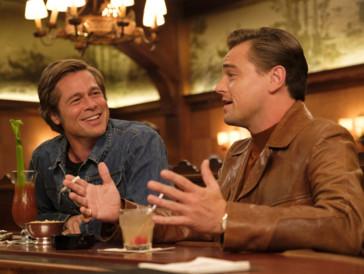 1. «Once Upon a Time... in Hollywood» I Un film sur les meurtres de Charles Manson, oui mais pas que. Le film de Quentin Tarantino se déroule dans le Los Angeles de 1969. Nous suivrons Rick Dalton (Leonardo DiCaprio), un acteur dont la notoriété s'estompe et à qui l'on n'offre plus que des rôles secondaires pour la télé ou dans des westerns italiens. Avec son acolyte, et accessoirement doublure, Cliff Booth (Brad Pitt), il passe le plus clair de son temps à s'occuper de ses fiançailles et à picoler ce qui lui reste de temps libre, tout en rêvant d'être aussi branché que ses nouveaux voisins : Roman Polanski et Sharon Tate (Margot Robbie).