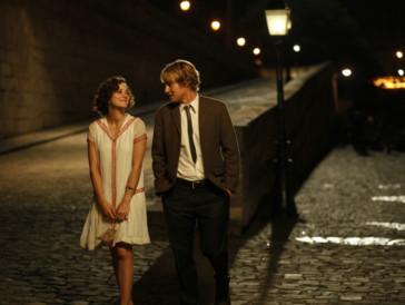 """<font size=""""6""""><strong>5. Midnight in Paris (2011)</strong></font><br><br>   Der renommierte Drehbuchautor Gil (Owen Wilson) verbringt den Sommer mit seiner Verlobten Inez (Rachel McAdams) und deren Eltern in Paris, wo er hofft, die nötige Inspiration für seinen ersten Roman zu finden. Stattdessen gerät er jedoch mit Inez' Vater aneinander und fühlt sich in der Gesellschaft von Inez' Freunden nicht wirklich wohl.  <br><br>  Als er sich eines Abends alleine durch die Pariser Gassen wagt, geschieht etwas Wunderbares: Eine altertümliche Kutsche hält neben ihm an, er wird aufgefordert, einzusteigen – und begibt sich so auf eine Zeitreise in seine liebste Epoche, die 20er-Jahre in der Stadt der Liebe. Woody Allens Liebesfilm ist vielleicht nicht eines seiner grössten Werke, verzaubert aber mit viel Nostalgie und einem Happy End der etwas anderen Art."""