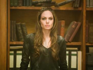 Hier wurde Whitewashing betrieben: Angelina Jolie ist in «Wanted» in der Rolle der mysteriösen Fox zu sehen. Ein Blick auf die Comicvorlage macht deutlich, wieso diese Filmfigur ausgerechnet einen solchen Namen trägt…