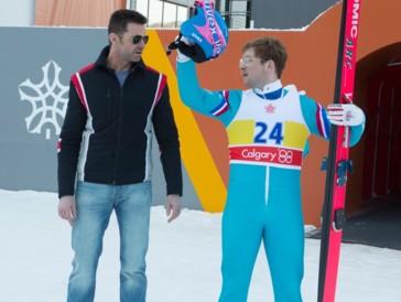 Hugh Jackman als nicht ganz nüchterner Skisprungtrainer von Eddie The Eagle.
