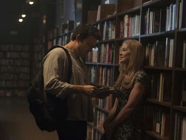 """<font size=""""6""""><strong>2. Gone Girl (2014)</strong></font><br><br>   Mit der perfiden Geschichte einer Ehefrau, die eines Tages einfach verschwindet, und somit ihren Mann Nick (Ben Affleck) ins Zentrum der Verdächtigen rückt, weil die Ehe schon seit längerem kriselt, hat Bestseller-Autorin Gillian Flynn die perfekte Basis für einen spannenden Who-Dunnit-Thriller gelegt – kein Wunder, wurde Rosamund Pike für die Rolle des blonden Unschuldsengels für einen Oscar nominiert.  <br><br>"""
