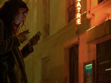 Doria Tillier spielt in «La belle époque»eine Schauspielerin, die den Gutbetuchten ihre Zeitreisen ermöglicht.