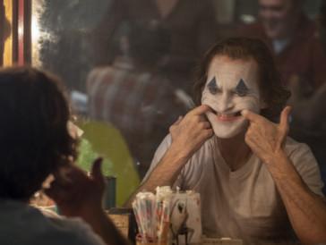 """Joaquin Phoenix beweist sich in «Joker» als würdiger Nachfolger von Heath Ledger († 2008). Er legt mit seinem schauspielerischen Können wieder einmal mehr eine Meisterleistung hin und darf so am Ende des Abends den Preis in der Kategorie """"Bester Schauspieler in einem Drama"""" mit nach Hause nehmen."""
