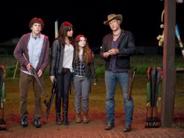 """<font size=""""6""""><strong>10. Zombieland (2009)</strong></font><br><br> Ihr seid auf der Suche nach einer Komödie mit Kultstatus, die bereits in diesem Jahr eine Fortsetzung auf Grossleinwand erhält? Dann könnte «Zombieland» genau das Richtige für euch sein. Beim gelungenen Mix aus Action, schrägem Humor und – wie könnte es anders sein – massenweise Zombies wird mit einem Mordscast, bestehend aus Woody Harrelson, Emma Stone und Jesse Eisenberg, so richtig auf den Putz gehauen. <br><br>Als einige der wenigen Überlebenden einer Zombie-Epidemie müssen sie alles daran setzen, um nicht selbst infiziert zu werden. Während Columbus (Jesse Eisenberg) sich als ziemliches Weichei erweist, ist Tallahassee (Woody Harrelson) leicht psychopathisch veranlagt und auch nicht gerade der Hellste – dafür aber zumindest furchtlos. Was kann da schon schiefgehen...?"""