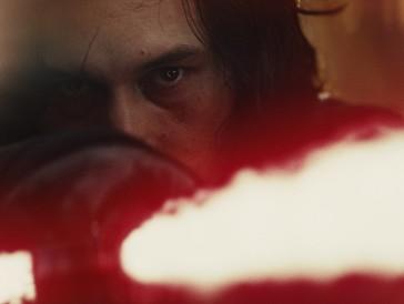 Platz 9 | Kaum ein Film hat im Jahr 2017 mehr unterschiedliche Emotionen geweckt als «Star Wars – Die letzen Jedi». Während der Löwenteil der Kritiker den Sci-Fi-Streifen in höchsten Tönen lobte, konnten vor allem «Star Wars»-Fans der ersten Stunde dem Film nur wenig abgewinnen. Dem weltweiten kommerziellen Erfolg tat diese Diskrepanz aber keinen Abbruch. (Weltweiter Umsatz: 1332,6 Mio $ | Stand: 22.4.2018)