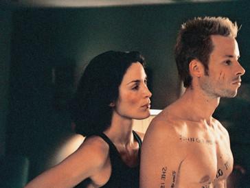 """<font size=""""6""""><strong>10. Memento (2000)</strong></font><br><br>   Ein Mann, der nach einem Einbruch in sein Haus an einer anterograden Amnesie leidet, also keinerlei neue Erinnerungen mehr speichern kann, muss herausfinden, wer für den Tod seiner Frau verantwortlich ist: Die Geschichte in «Memento» ist schnell erzählt. <br><br> Regisseur Christopher Nolan, der zusammen mit seinem Bruder Jonathan auch das Drehbuch geschrieben hat, verleiht dem Ganzen aber einen komplexen Twist: Zwei Handlungsstränge erzählen die Geschichte, wovon einer davon schwarzweiss und chronologisch, der andere jedoch in Farbe und rückwärts erzählt gestaltet ist. Beim Zuschauer ist deshalb höchste Konzentration gefragt – und einige Hirnzellen."""