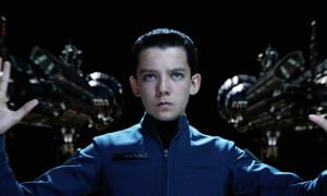 """Asa Butterfield ist noch jung, gerade 18 Jahre alt ist er geworden. Winkt jetzt für den """"Hugo""""-Kinderstar die Rolle des Spider-Man? Sein Name führe die Liste mit den möglichen Kandidaten an, heisst es. Er stehe somit vor Timothee Chalamet (""""Interstellar""""), Tom Holland (""""The Impossible""""), Liam James (""""Psych"""") und Nat Wolff (""""The Fault in Our Stars""""). Läuft alles nach Plan, soll der neue Spider-Man - also wohl Asa Butterfield - in """"Captain America 3: Civil War"""" eingeführt werden, bevor er dann seinen eigenen Film erhält."""