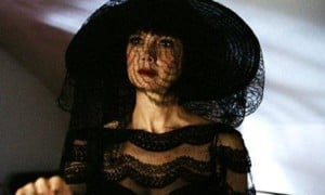 Das Parfüm der Dame in Schwarz