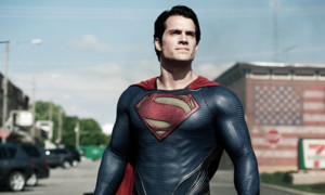 """So hat der """"Man of Steel""""-Star Henry Cavill für die Rolle des Clark Kent 2013 einiges auf sich genommen. Das harte Trainingsprogramm bestand aus drei Phasen: In Phase 1 musste er während mehreren Wochen täglich mindestens 5000 Kalorien zu sich nehmen, um die Fettmasse in Phase 2 dann zu verbrennen und in Muskeln umzuwandeln. Phase 3 diente dann schlussendlich dazu, gezielt gewisse Teile des Körpers zu stählen. Optisch hat es sich auf jeden Fall gelohnt, aber ob das gesund ist?!"""