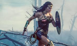 Knapp eine Woche, nachdem Gal Gadot in «Wonder Woman» als taffe Superheldin über die Schweizer Grossleinwände schwirrt, haben die Macher schon mit der Arbeit eines Sequels begonnen. Und dieses folgt zu Recht: Regisseurin Patty Jenkins hat mit dem Superheldenfilm aus dem Hause DC nämlich anscheinend den richtigen Nerv getroffen. Der neue Streifen ist momentan der am besten bewertete DC-Film aller Zeiten - wohl auch darum, weil das männerdominierte Comicgenre schon längst ein wenig Frauenpower vertragen hätte.