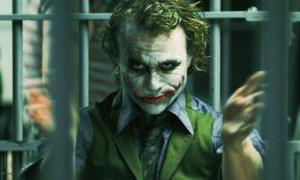 """Aber nicht nur mit extremen Gewichtsveränderungen bereiten sich Hollywood-Stars auf eine Rolle vor. Heath Ledger zum Beispiel sperrte sich für die Rolle des Jokers in """"The Dark Knight"""" (2008) einen Monat lang in ein Zimmer ein und feilte an verschiedenen Stimmlagen und Gesichtsausdrücken. Am Set spielte er auch in den Drehpausen den Joker und wollte auch so angesprochen werden. Diese Hingabe heimste ihm einen Oscar ein - nur schade, dass er das nie mitbekam: Heath Ledger starb kurz nach den Dreharbeiten an einer Überdosis."""