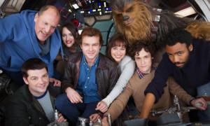 Schock-Moment für alle Star Wars Fans: Drei Monat nach Drehstart für den Han Solo-Film hat sich Disney von den zwei Regisseuren Phil Lord und Chris Miller wegen «kreativer Differenzen» getrennt - die ersten Aufnahmen waren den Produzenten offensichtlich zu witzig. Man fragt sich nun zweierlei: Wieso stellt man für einen Film die Macher von «21 Jump Street» oder «The Lego Movie» an und beklagt sich dann drüber, dass die Aufnahmen nicht ernsthaft genug sind - und wieso braucht man drei Monate, um das zu merken? Anscheinend wird nun fieberhaft nach einem neuen Regisseur gesucht - der Kinostart von Mai 2018 soll nämlich auf jeden Fall eingehalten werden. © Disney / Lucasfilm